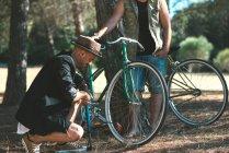Друзів в лісі з велосипеди в сонячний день — стокове фото