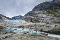 Ponte sospeso sulla lingua del ghiacciaio — Foto stock