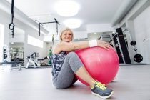Femme mûre avec ballon de fitness — Photo de stock