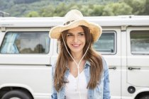 Woman standing beside van — Stock Photo