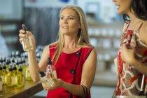 Zwei Frauen testen Düfte im shop — Stockfoto