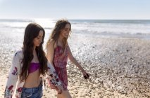 Two best friends walking along the beach — Stock Photo