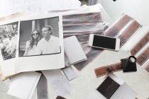 Fotografie e strisce di film su scrivania con smartphone — Foto stock