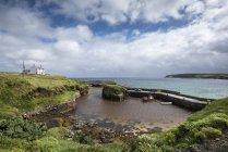 Royaume-Uni, Écosse, île de Lewis, Ness, vue sur le port pendant la journée — Photo de stock