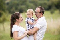 Feliz família pé no parque — Fotografia de Stock
