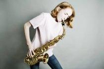 Mädchen spielt Saxofon — Stockfoto