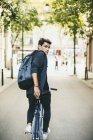 Підліток з fixie велосипед у місті, їзда і, дивлячись на камеру — стокове фото