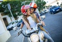 Giovane coppia innamorata in moto — Foto stock