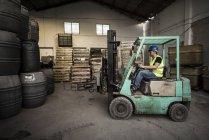 Trabajador trabajo en máquina de elevación - foto de stock