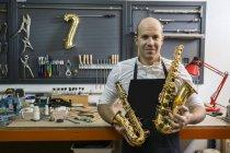 Instrumentenbauer in seiner Werkstatt — Stockfoto