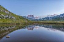 Корно Гранде и озеро Pietranzoni — стоковое фото
