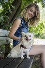 Mulher com seu Chihuahua — Fotografia de Stock