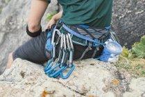 Close-up de alpinista sentado em rockac — Fotografia de Stock