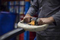 Immagine potata di magazziniere in magazzino lavorando con transpallet — Foto stock