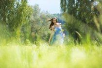 Молода жінка, Синє плаття — стокове фото
