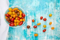 Fresh colorful tomatoes in bowl — Stock Photo