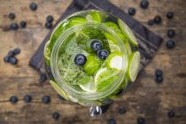 Glas mit eingegossenem Wasser und Kalk — Stockfoto