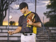 Baseball-Spieler Ball werfen — Stockfoto