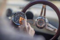 Senior poliert Drehzahlmesser eines Autos — Stockfoto