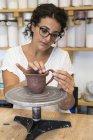Donna che lavora con argilla in un laboratorio di ceramica — Foto stock
