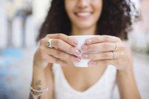Frau mit Tasse Kaffee — Stockfoto