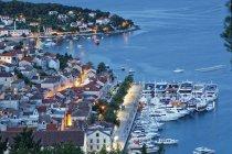 Hvar und Hafen abends beleuchtet — Stockfoto