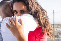 Підліткових пара в любов'ю на відкритому повітрі — стокове фото