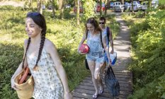 Three friends on the way to the beach — Stock Photo
