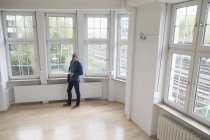 Man looking around in empty apartment — Stock Photo