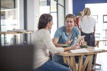 Mann und Frau unterhalten sich im Café mit digitalem Tablet — Stockfoto