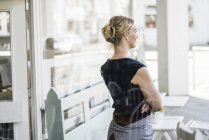 Femme dans un café pensant — Photo de stock