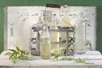 Glasflaschen von Holunderblütensirup — Stockfoto