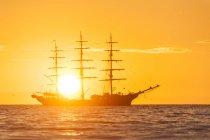 Voilier au coucher du soleil — Photo de stock