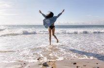 Belle jeune femme sautant — Photo de stock
