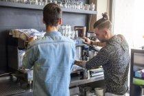 Dois homens preparando café em um café — Fotografia de Stock