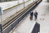 Бізнесмени, прогулянки з колісні багажу — стокове фото