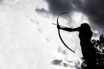 Silhouette d'une visée archeress sportive jeunes — Photo de stock
