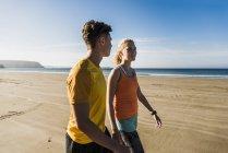 Young couple walking on the beach, france, crozon peninsula — Stock Photo