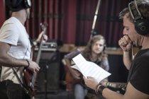 Рок группа репетиции в студии звукозаписи — стоковое фото