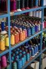 Carretes de algodón multicolor en estante - foto de stock