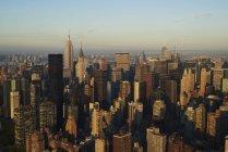Fotografía aérea del distrito financiero Midtown de Nueva York por la mañana temprano . - foto de stock