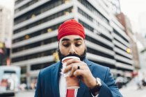 Homme d'affaires indien, boire du café à city, Manhattan, Ny, é.-u. — Photo de stock