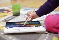 Рука маленькая девочка, рисование кистью — стоковое фото