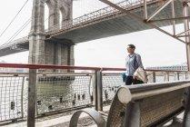 Femme d'affaires USA, New York City, marchant à East River — Photo de stock