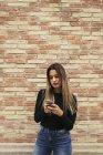 Giovane donna guardando il cellulare — Foto stock
