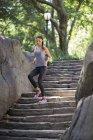 Mujer corriendo escaleras abajo - foto de stock