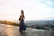 Spanien, Barcelona, schwangere Frau genießen Aussicht über Stadt — Stockfoto