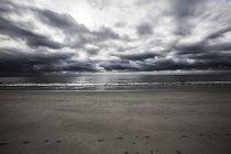 France, plage de sable fin par temps nuageux — Photo de stock