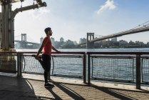 EUA, Nova York, homem esportivo que se estende em East River — Fotografia de Stock