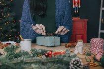 Mujer envolviendo regalos de Navidad - foto de stock